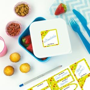 Popisovací štítky na lahve a krabičky na oběd s pozadím se vzorkem