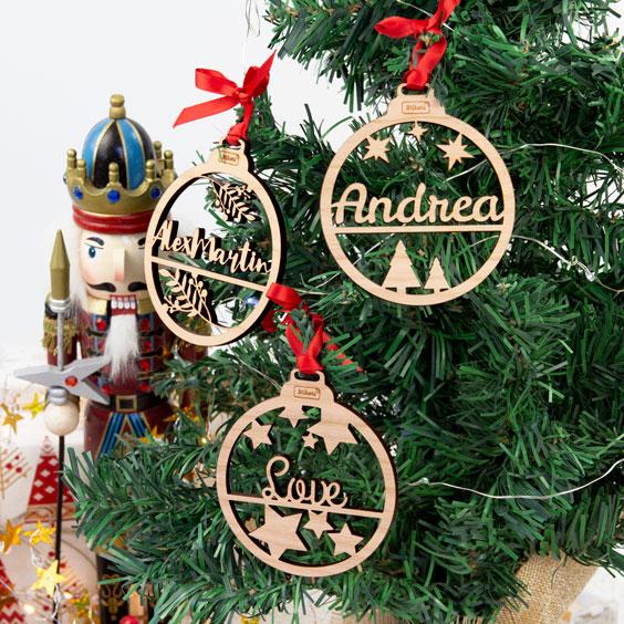 Boule de Noël en bois personnalisée avec texte et motif découpés