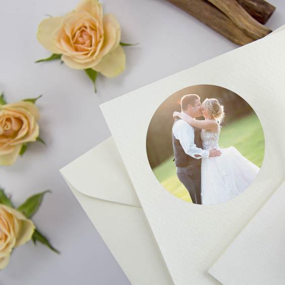 Etiquetes rodones amb foto per a casaments