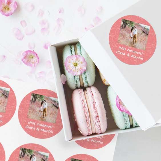 Etiquetas redondas con foto y marco para bodas