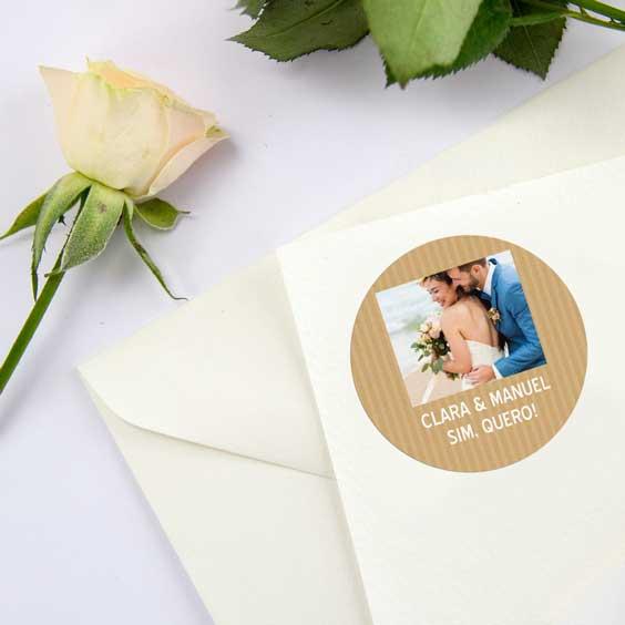 Etiquetas redondas com foto e moldura para casamentos