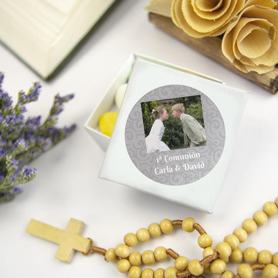 Etiquetes rodones amb foto i marc per a comunions