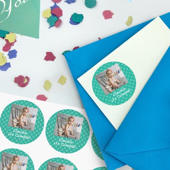 Etiquetes rodones amb foto i marc per a aniversaris