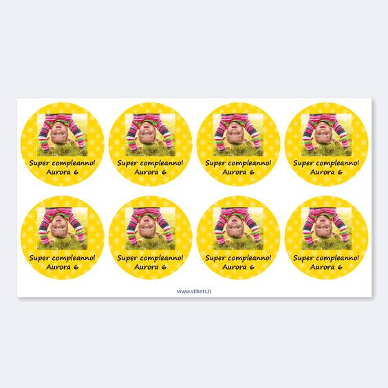 Etichette rotonde per compleanni con foto e cornice
